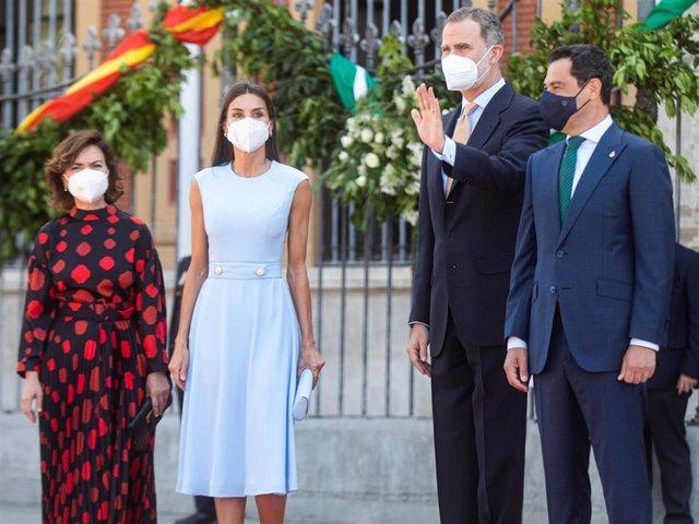 Los Reyes Felipe y Letizia, junto a la vicepresidenta del Gobierno, Carmen Calvo y el presidente de la Junta de Andalucía, Juanma Moreno, antes del acto de la  entrega de la Medalla de Honor de Andalucía al Rey Felipe VI