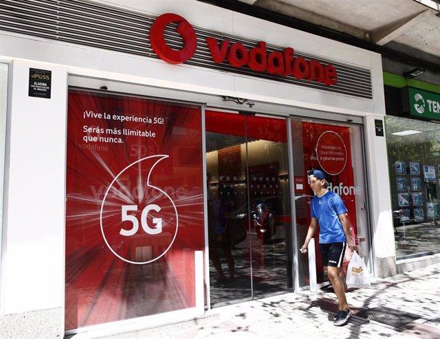 Archivo - Imagen de una tienda de la compañía telefónica Vodafone en Madrid en una imagen de archivo.