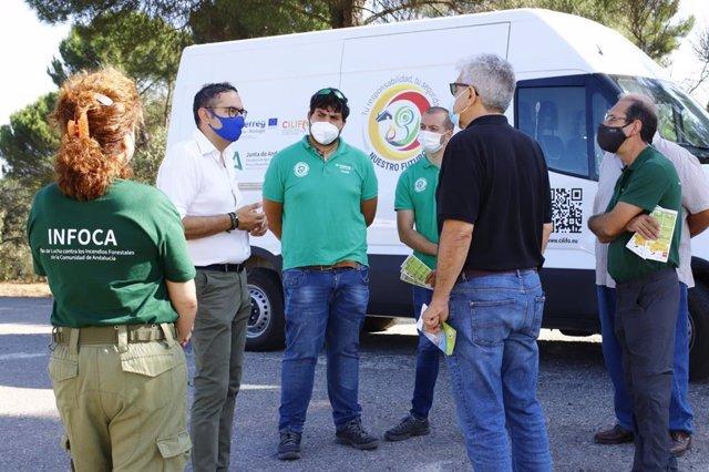 El delegado territorial de Desarrollo Sostenible de Córdoba, Giuseppe Aloisio (izda.), inaugura en el Centro Operativo Provincial del Infoca de Los Villares la campaña itinerante.