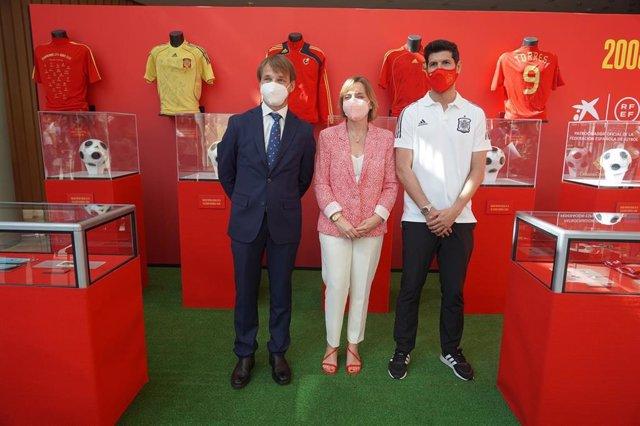 RFEF y Caixabank organizan una exposición en homenaje a la Eurocopa en Torre Sevilla.