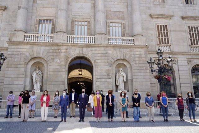 El president de la Generalitat, Pere Aragonès; la consellera de Presidència de la Generalitat, Laura Vilagrà; i el primer tinent d'alcalde de Barcelona, Jaume Collboni, presideixen un minut de silenci contra la violència masclista.