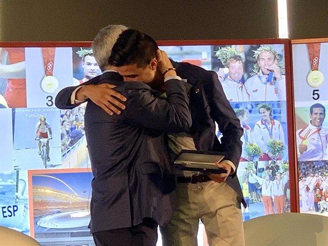 Joel González se abraza con Alejandro Blanco
