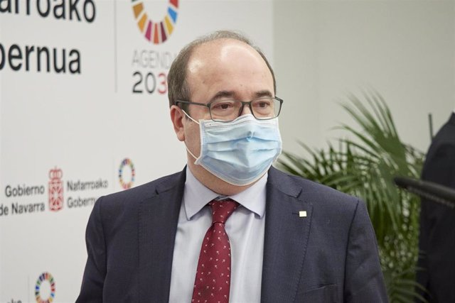 El ministro de Política Territorial y Función Pública, Miquel Iceta, a su llegada a una rueda de prensa tras la reunión de la comisión mixta de la Junta de Transferencias, en el Palacio de Navarra, a 2 de junio de 2021, en Pamplona, Navarra (España). Dura