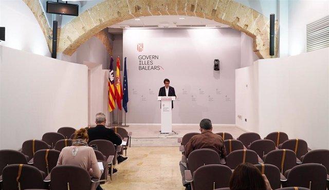 Archivo - El portavoz del Govern y conseller de Modelo Económico, Turismo y Trabajo, Iago Negueruela, en una rueda de prensa.