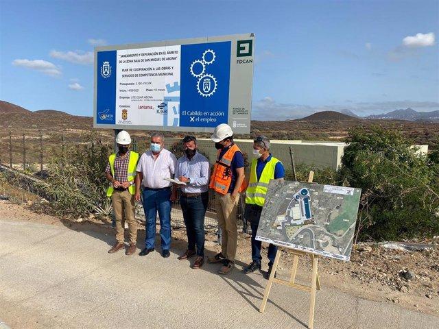 El consejero de Cooperación del Cabildo de Tenerife, Zebenzuí Chinea, y el alcalde de San Miguel, Arturo González, en la firma del acta de replanteo de la depuradora