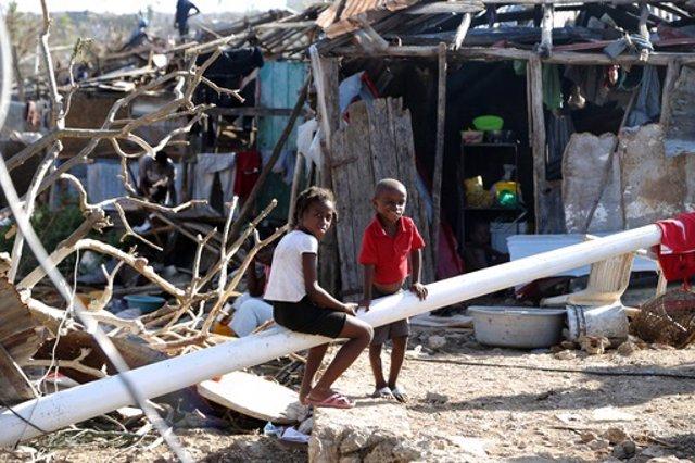 Archivo - Niños en Haití tras el paso del Huracán Matthew.