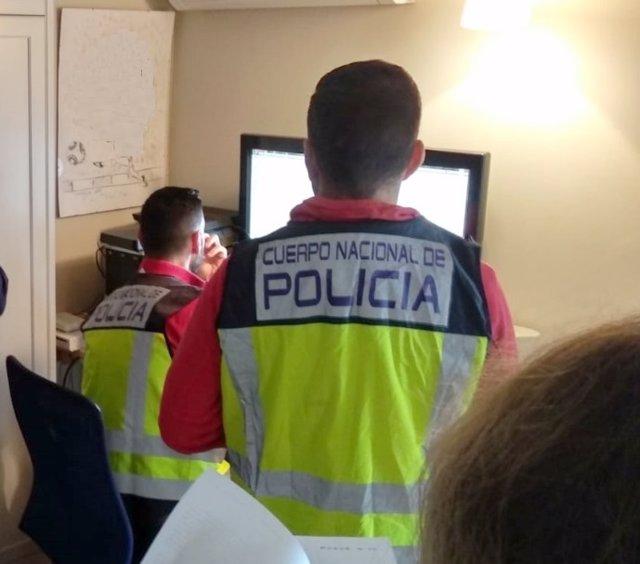 Agentes del grupo de Ciberdelincuencia de la Comisaría Provincial de Málaga