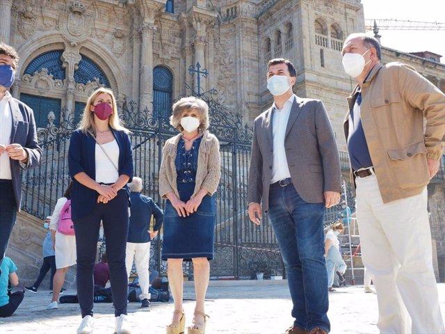 El secretario xeral del PSdeG, Gonzalo Caballero, y la exministra de Sanidad, María Luisa Carcedo, junto a otros cargos del partido en Galicia