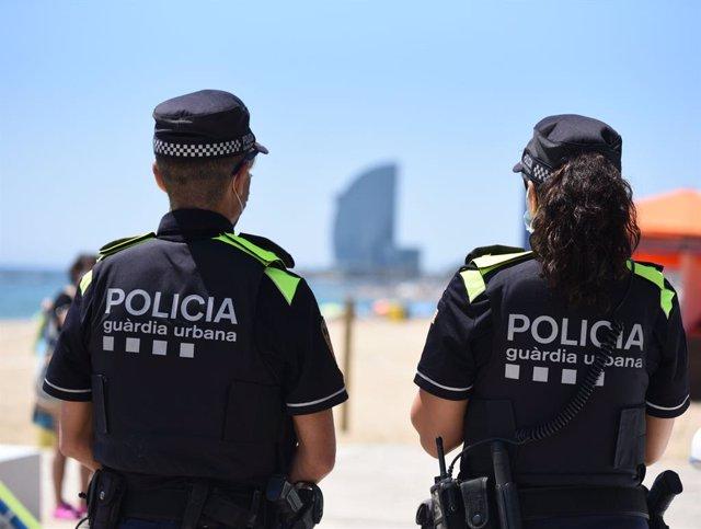 Arxiu - Dos agents de la Guàrdia Urbana a la platja de Barcelona.