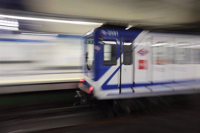 Un tren llega al andén de la estación de metro de Sol.