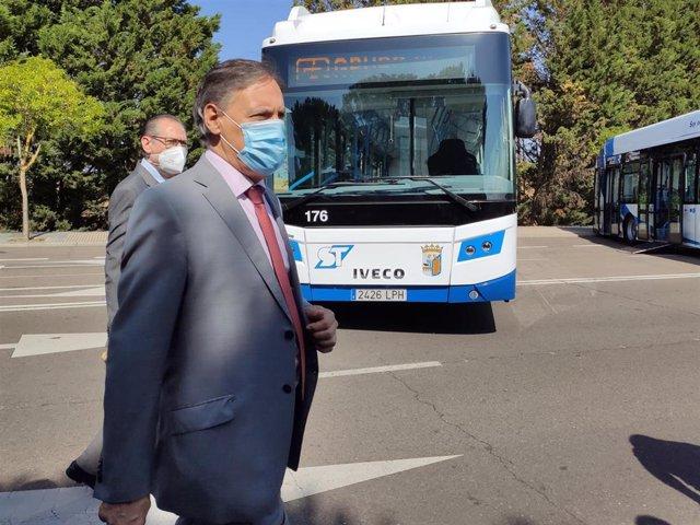 El alcalde de Salamanca este lunes en la presentación de nuevos autobuses del servicio municipal de transporte urbano