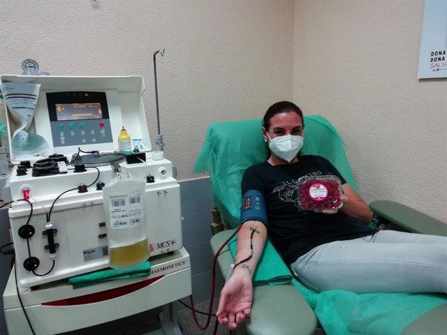 Una donante de sangre recibe este una caja de frambuesas con motivo de la conmemoración este lunes del Día Mundial del Donante de Sangre.