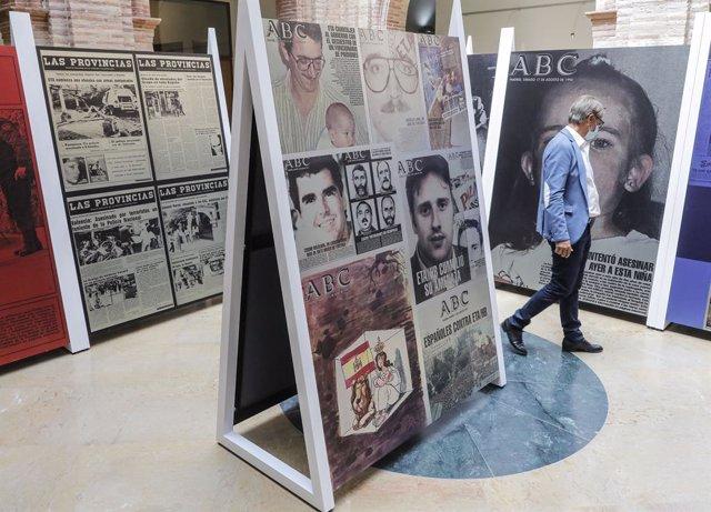 Una persona visita la exposición 'El terror en portada. 60 años del terrorismo en España a través de la prensa'