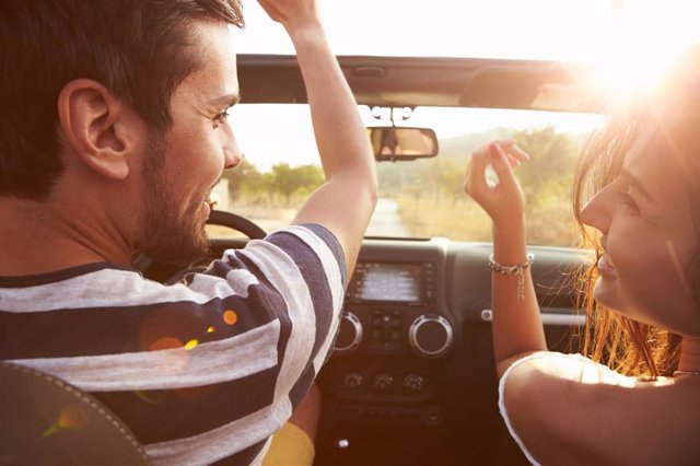 Dos personas en un vehículo.