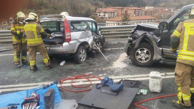 Archivo - Accidente de tráfico en una carretera vasca.