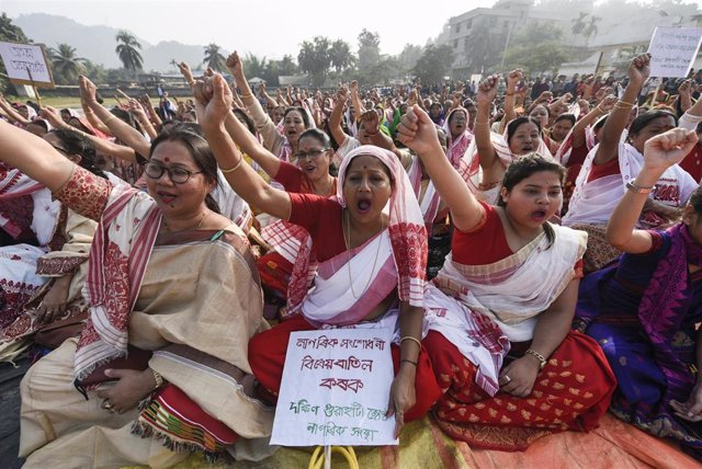 Archivo -  Mujeres en una protesta en India
