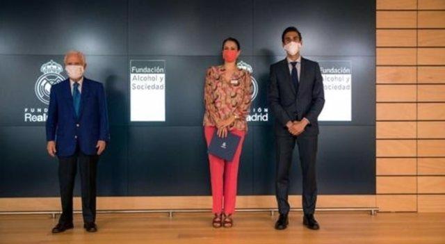 De izda. A dcha: Enrique Sánchez, vicepresidente ejecutivo de la Fundación Real Madrid; Silvia Jato, directora de RRII de FAS; y el embajador del Real Madrid, Álvaro Arbeloa.