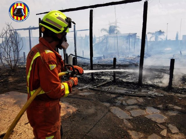 Bomberos sofocan un incendio en una empresa de viveros de San Antonio de Benagéber (Valencia)