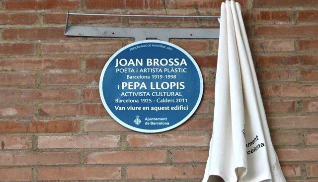 Imatge de la placa que l'Ajuntament de Barcelona ha dedicat al poeta i artista visual Joan Brossa i a l'activista cultural Pepa Llopis