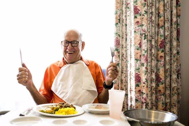 Archivo - Hombre comiendo, comer. Comida. Disfrutar.