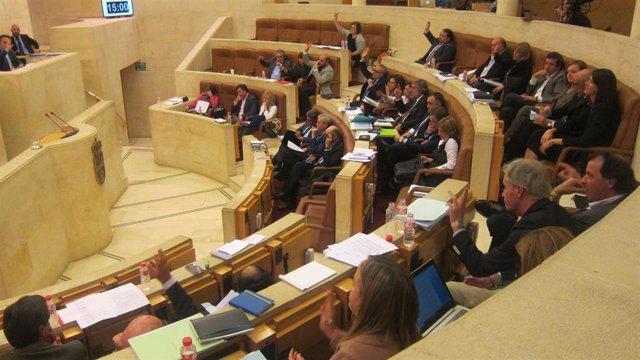 Archivo - Pleno del Parlamento de Cantabria que aprobó  por unanimidad la Ley que recuperó el Consejo Económico y Social, un órgano consultivo creado en 1992, que suprimió el PP en 2012