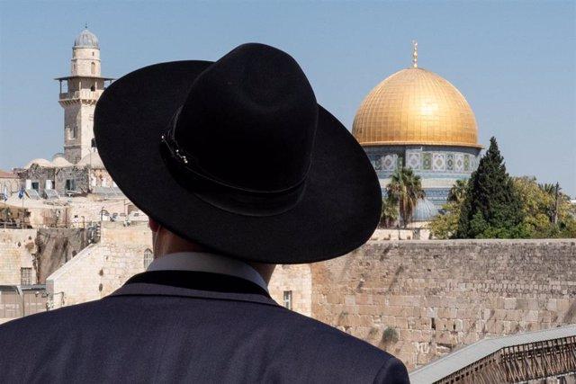 Archivo - Un judío ortodoxo frente al Muro de las Lamentaciones y la Explanada de las Mezquitas de Jerusalén