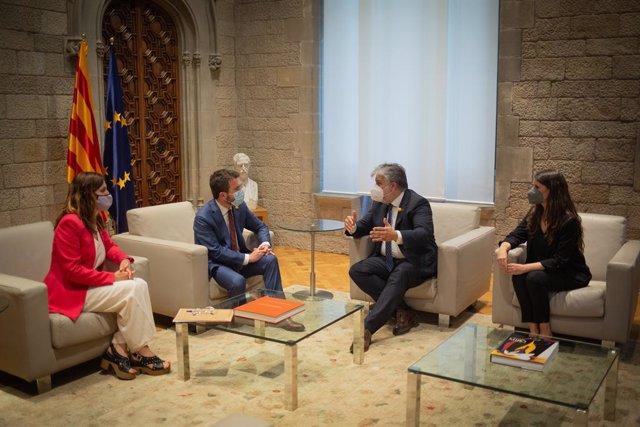(i-d) La consellera de Presidència, Laura Vilagrà, el president de la Generalitat, Pere Aragonès, el president de JxCat en el Parlament de Catalunya, Albert Batet i la portaveu de JxCat en el Parlament de Catalunya, Mònica Sales.