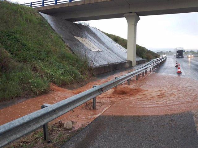 Una carretera en La Rioja afectada por las tormentas