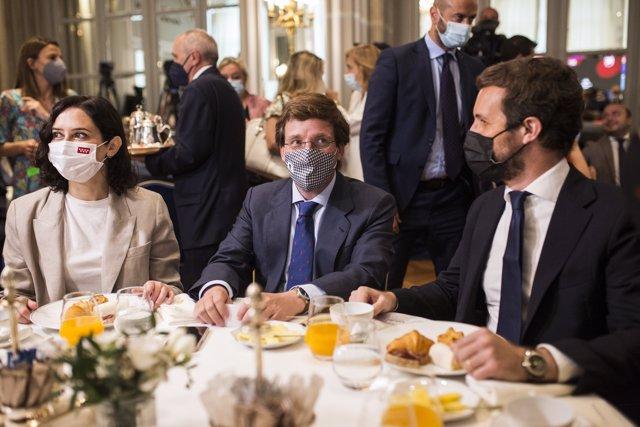 La presidenta en funciones de la Comunidad de Madrid, Isabel Díaz Ayuso; el alcalde de Madrid, José Luis Martínez-Almeida; y el presidente del PP, Pablo Casado, durante un desayuno informativo organizado por Nueva Economía Fórum