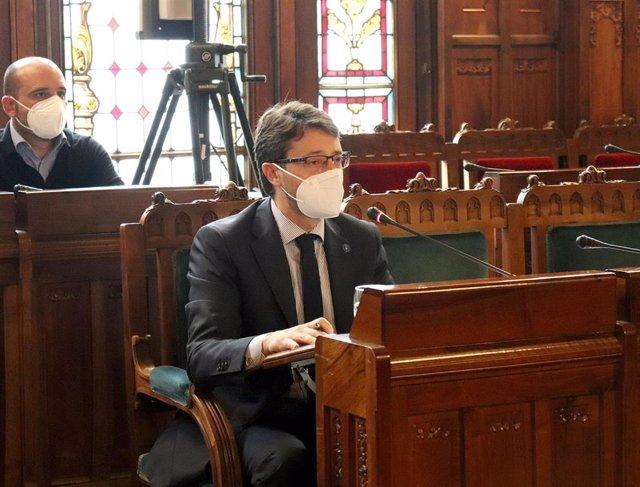 Archivo - El consejero de Industria, Empleo y Promoción Económica, Enrique Fernández, en sede parlamentaria.