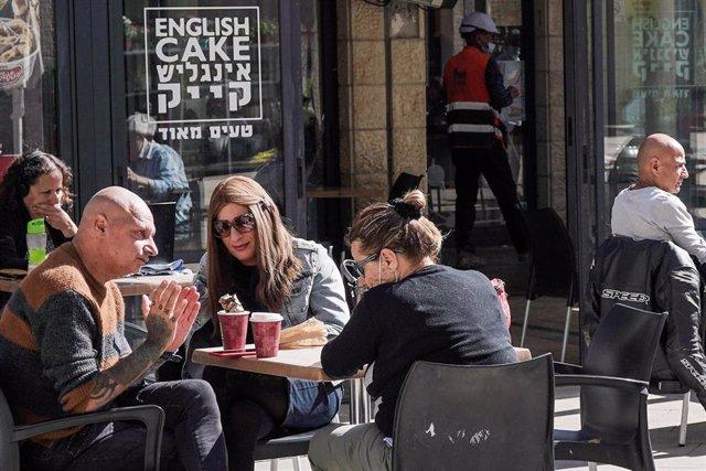Archivo - Personas en una cafetería en Jerusalén tras la retirada de restricciones frente al coronavirus por parte del Gobierno de Israel