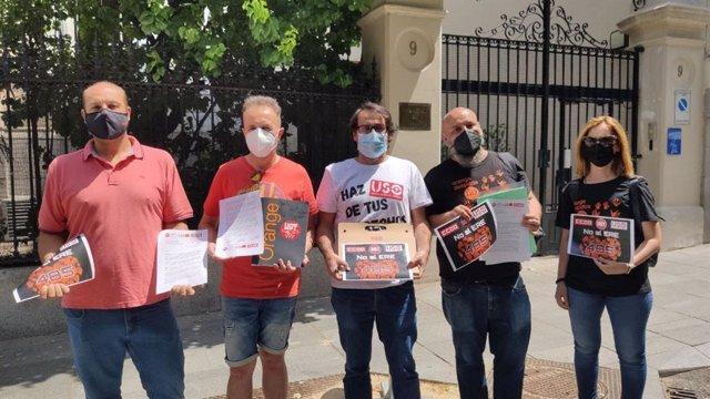 Representantes sindicales de Orange frente a la embajada de Francia en Madrid.