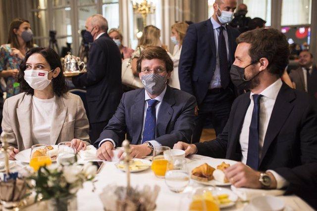 (E-D) La presidenta en funcions de la Comunitat de Madrid, Isabel Díaz Ayuso; l'alcalde de Madrid, José Luis Martínez-Almeida; i el president del PP, Pablo Casado, en un esmorzar informatiu de Nueva Economía Fórum, 15 de juny de 2021.