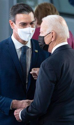 El president del Govern espanyol, Pedro Sánchez, parla amb el president dels EUA, Joe Biden, durant la reunió de caps d'estat i de govern de l'OTAN, 14 de juny de 2021.