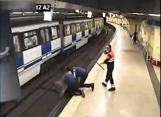 Agentes municipales rescatan a una chica que saltó a las vías del Metro en Lavapiés (Madrid)