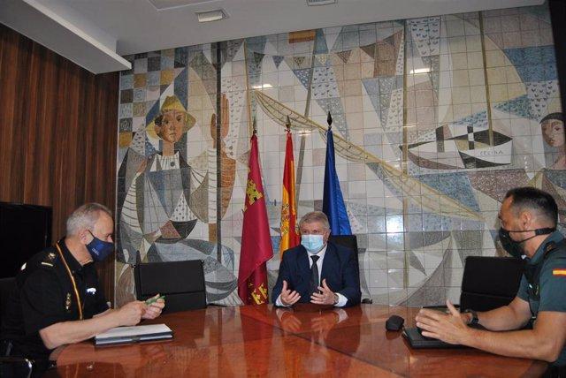 El delegado del Gobierno, José Vélez, con el jefe Superior de Policía, Alfonso Navarro, y Diego Mercader, teniente coronel Jefe de Operaciones, Policía Judicial e Información de la Guardia Civil de Murcia