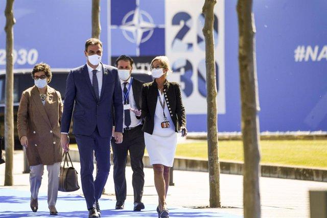 El presidente del Gobierno, Pedro Sánchez (2i) llega a la reunión de jefes de Estado y de Gobierno de la OTAN, acompañado de la ministra de Asuntos Exteriores, Unión Europea y Cooperación, Arancha González Laya (1i),  a 14 de junio de 2021, en Bruselas (B