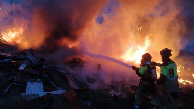Los Bomberos, durante la extinción del incendio