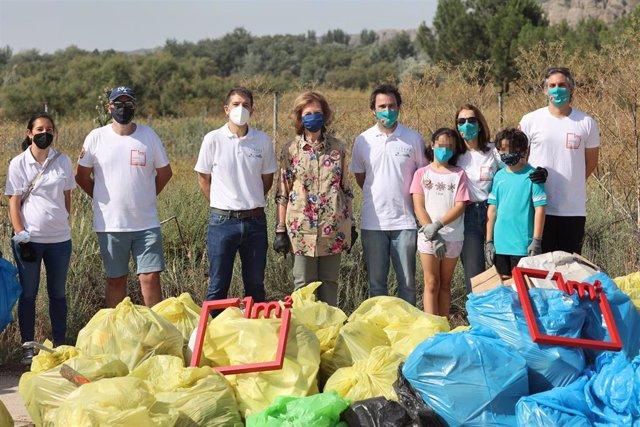 La Reina Sofía, junto a voluntarios, ha recogido los residuos abandonados en plena naturaleza, a 12 de junio de 2021, en Rivas-Vaciamadrid (España).