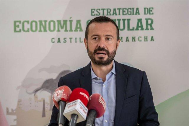 El consejero de Desarrollo Sostenible, José Luis Escudero, presenta el evento 'Hackaton de Economía Circular: Soluciones a los retos ambientales'.