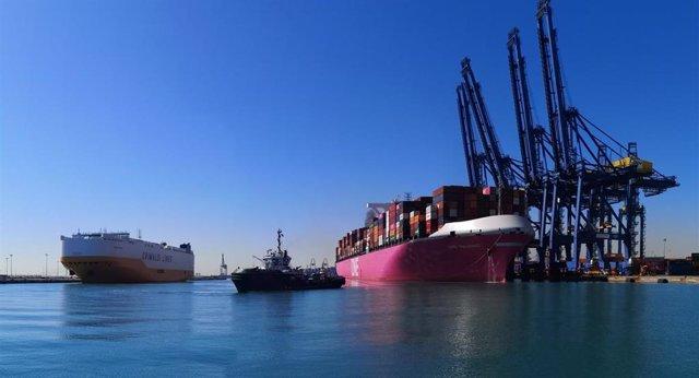 Barco atraca en el Puerto