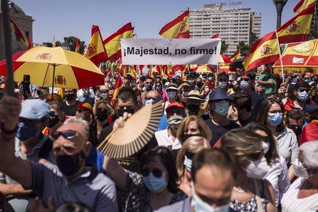 Un cartel en el que se lee: `Majestad, no firme, en la concentración contra los indultos a los presos del 'procés', en la que han participado una multitud de personas, en la Plaza de Colón