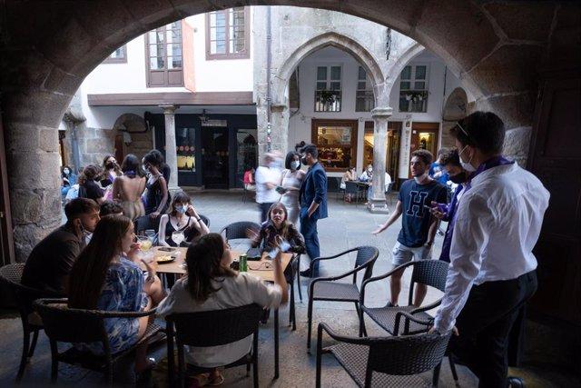Varias personas durante el primer día de apertura de bares y cafeterías hasta la 1 de la madrugada, a 11 de junio de 2021, en Santiago de Compostela, A Coruña