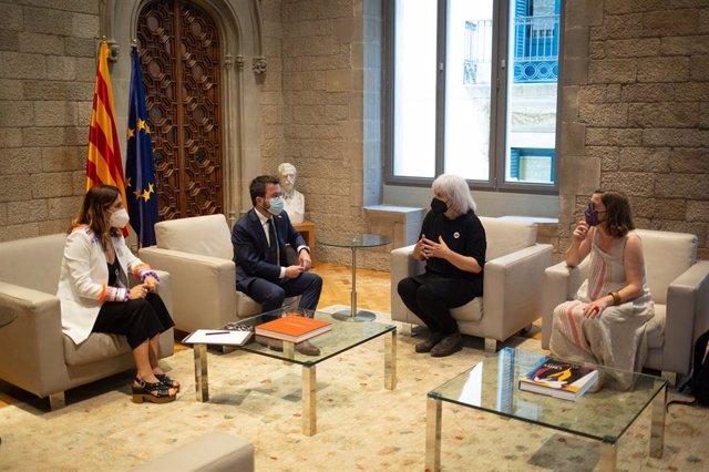 La consellera de Presidència, Laura Vilagrà, el president de la Generalitat, Pere Aragonès, la líder de la CUP al Parlament, Dolors Sabater, i la seva portaveu, Eulàlia Reguant, en la reunió.