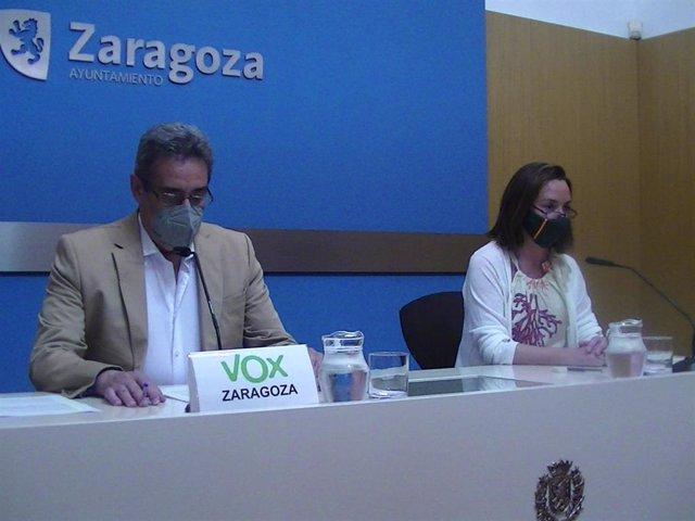 El portavoz de VOX en el Ayuntamiento de Zaragoza, Julio Calvo, y la concejal de VOX, Carmen Rouco.