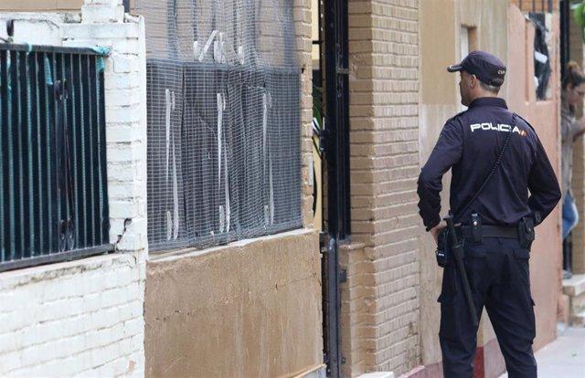 Archivo - Agentes de la Policía trabajando en Los Pajaritos