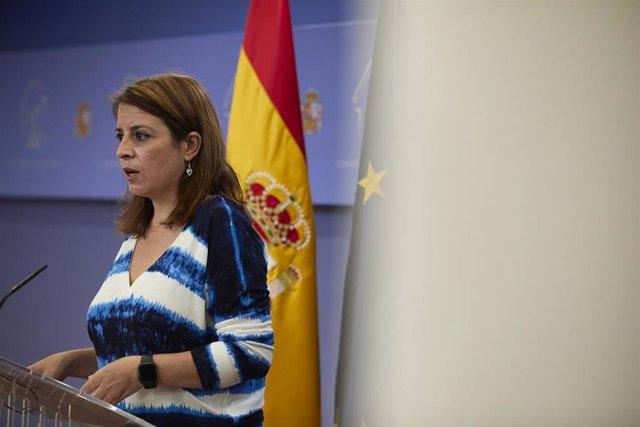 La vicesecretaria general del PSOE y portavoz del Grupo Parlamentario Socialista en el Congreso, Adriana Lastra, interviene en una rueda de prensa en el Congreso.