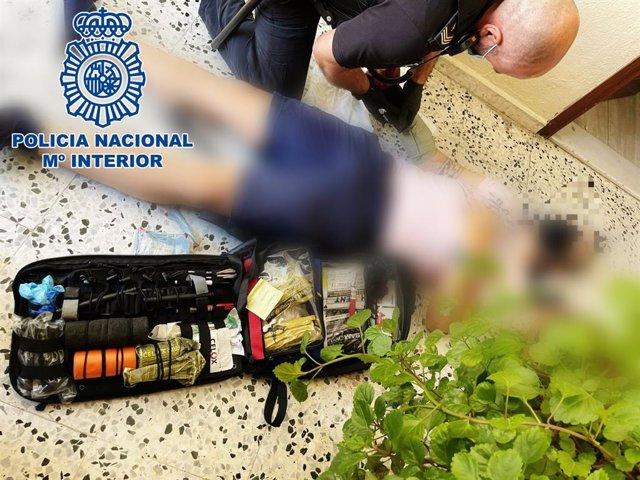 Auxilio de los agentes de la Policía Nacional a un varón en Cádiz.