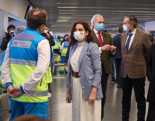 Archivo - (I-D) La presidenta de la Comunidad de Madrid, Isabel Díaz Ayuso, el consejero de Sanidad, Enrique Ruiz Escudero