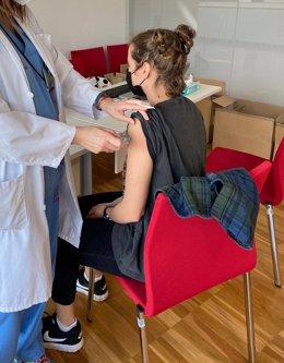 Archivo - Vacunación contra la COVID-19 con la vacuna Moderna a una estudiante de Medicina de la Universidad de Oviedo